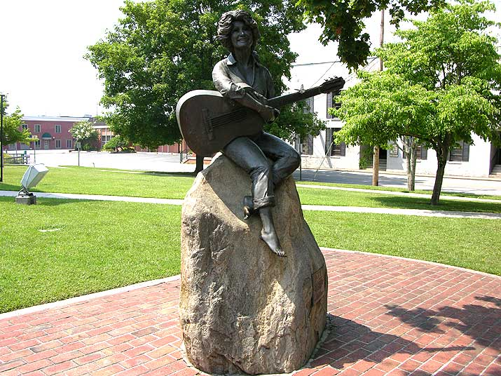 Sevier County courthouse in Sevierville, TN statue of Dolly Parton